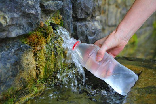 agua de fuente en la montaña