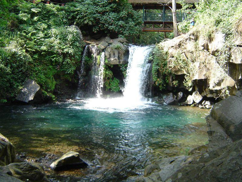 agua de manantial de montaña