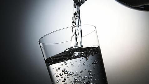 ¿Es bueno tomar agua con gas?