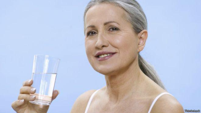 ¿Es bueno tomar agua en ayunas?