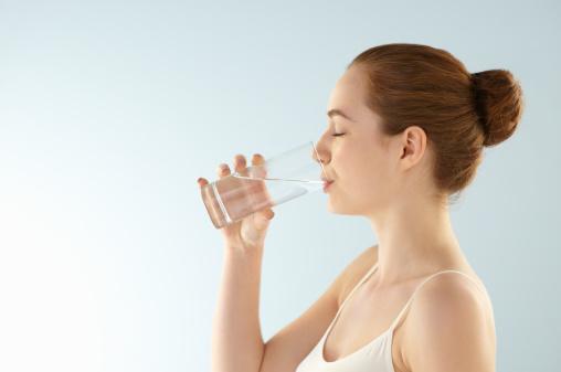 es bueno beber agua en ayunas
