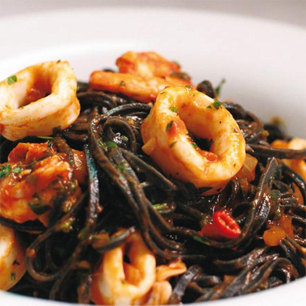 Tagliatelle nero di sepia con frutti di mare