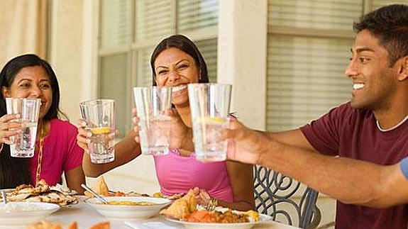 ¿Es bueno beber agua durante las comidas?