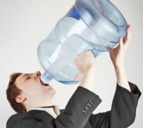 ¿Es bueno beber beber mucha agua?