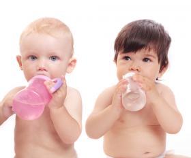 ¿Pueden los bebés beber agua filtrada?