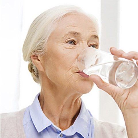 agua osmotizada para las personas mayores